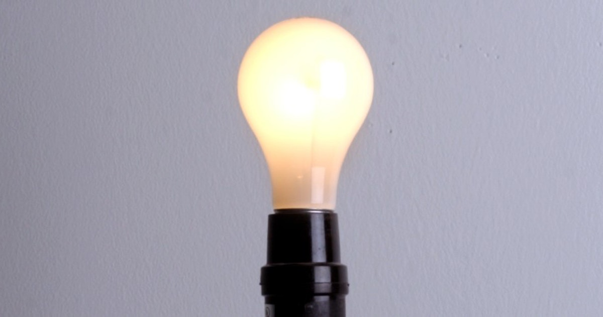 What is the temperature of a 100 watt bulb?